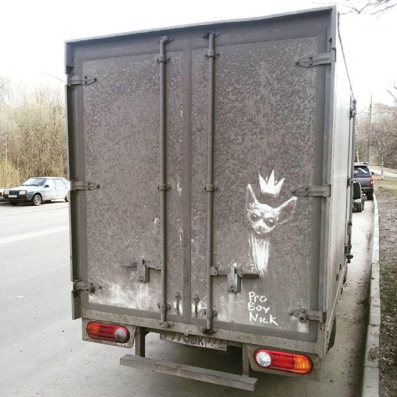 5b39dc104665c Russian artist continues to turn cars and dirty roads into art 5b35833e15d96  700 - Não tem água para lavar seu carro? Ele tem a solução