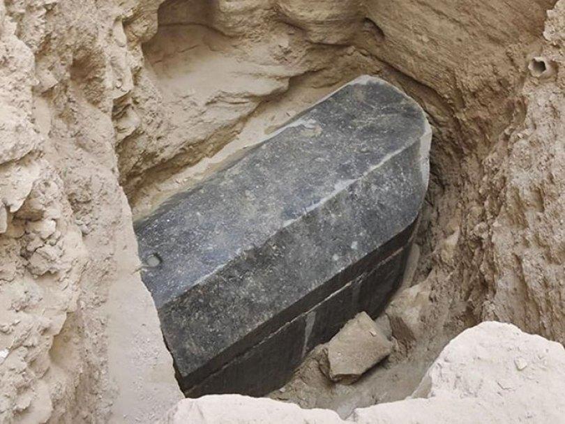 5b488eccc88c1 sealed black sarcophagus discovered egypt 22 - Veja o momento em que egípcios abrem um sarcófago de 2.500 anos