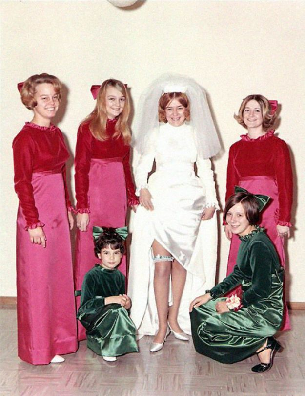 5b67f921da5d2-old-fashioned-funny-bridesmaids-dresses-32-5ae31ab299cb1__700 15+ Hilarious Vintage Bridesmaid Dresses That Didn't Stand The Test Of Time Random