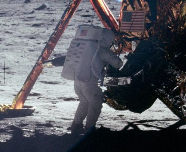 5bb715602a5eb-neil-armstrong-moon-walk-space-boot-tumblr-5bb5ca34cb473__700 Someone Points Out That Neil Armstrong's Boot Doesn't Match The Print On The Moon, So The Internet Destroys Them With Facts Random