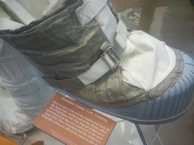 5bb71560a4225-neil-armstrong-moon-walk-space-boot-tumblr-5bb5caa52fe4f__700 Someone Points Out That Neil Armstrong's Boot Doesn't Match The Print On The Moon, So The Internet Destroys Them With Facts Random