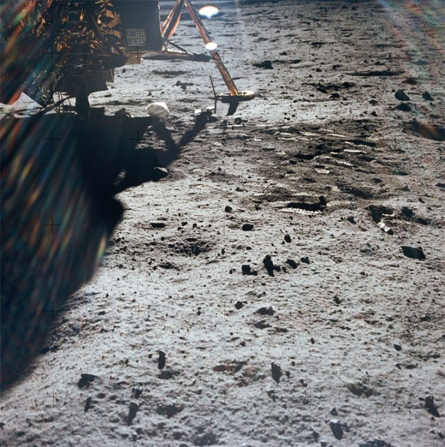 5bb715618679e-neil-armstrong-moon-walk-space-boot-tumblr-5bb5ba19707ed__700 Someone Points Out That Neil Armstrong's Boot Doesn't Match The Print On The Moon, So The Internet Destroys Them With Facts Random