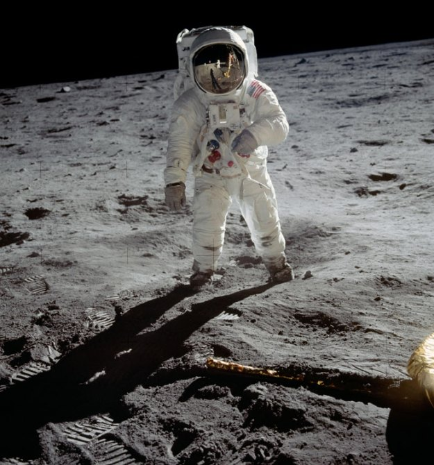 5bb715625c1f2-neil-armstrong-moon-walk-space-boot-tumblr-5bb5b78f8b89b__700 Someone Points Out That Neil Armstrong's Boot Doesn't Match The Print On The Moon, So The Internet Destroys Them With Facts Random