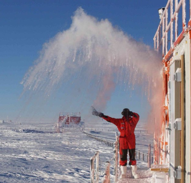 5bbdac40b5c1b-cooking-food-antarctica-cyprien-verseux25 This Astrobiologist Tried Cooking Food In Antarctica At -94ºF (-70ºC), Gets Hilarious Results Random