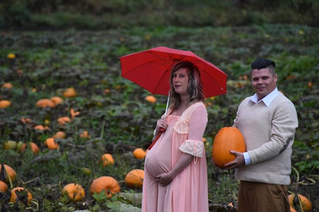 5bbefc5e8e447-funny-maternity-photoshoot-alien-pumpkin-field-todd-cameron-li-carter-3-5bbdc4aa45f05__700 This Couple's Maternity Photo Shoot Is The Most Terrifying You've Seen Yet (WARNING: Some Images Might Be Too Horrifying) Photography Random