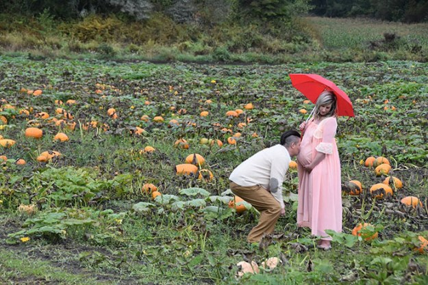 5bbefc5ed3cb0-funny-maternity-photoshoot-alien-pumpkin-field-todd-cameron-li-carter-4-5bbdc4ac3806b__700 This Couple's Maternity Photo Shoot Is The Most Terrifying You've Seen Yet (WARNING: Some Images Might Be Too Horrifying) Photography Random