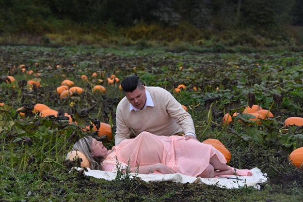 5bbefc600794a-funny-maternity-photoshoot-alien-pumpkin-field-todd-cameron-li-carter-8-5bbdc4b411d61__700 This Couple's Maternity Photo Shoot Is The Most Terrifying You've Seen Yet (WARNING: Some Images Might Be Too Horrifying) Photography Random