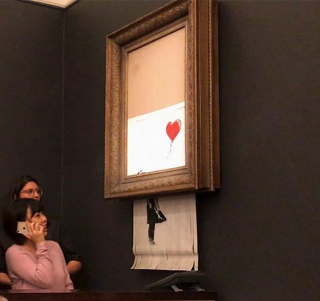 5bc08da0b4d12-banksy-painting-girl-with-balloon-shredded-auction-theory-5-5bbeff09a4c4b__700 This Guy Noticed Something Doesn't Add Up In Banksy's Shredded Painting, Explains Why It Was FAKE Art Random