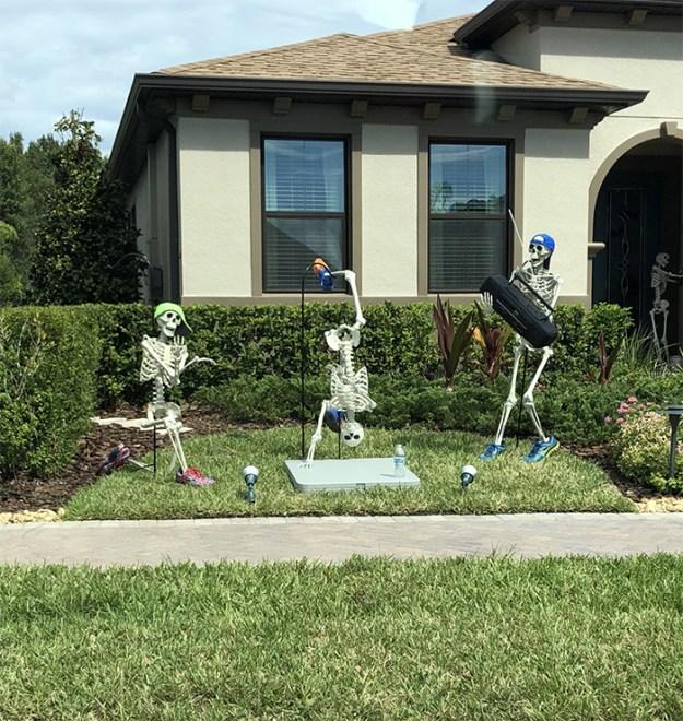 5bd8550a11fe0-neighbors-house-halloween-decorations-skeletons-sami-campagnano-5-5bd2cf77a3b22__700 This Girl's Neighbors Won Halloween By Creating New Skeleton Scenarios Every Day Random
