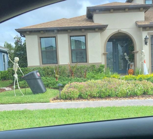 5bd8550a63c17-neighbors-house-halloween-decorations-skeletons-sami-campagnano-13-5bd2cf9006603__700 This Girl's Neighbors Won Halloween By Creating New Skeleton Scenarios Every Day Random