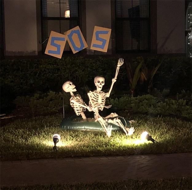 5bd8550acc0b6-neighbors-house-halloween-decorations-skeletons-sami-campagnano-17-5bd2cf9c012e4__700 This Girl's Neighbors Won Halloween By Creating New Skeleton Scenarios Every Day Random