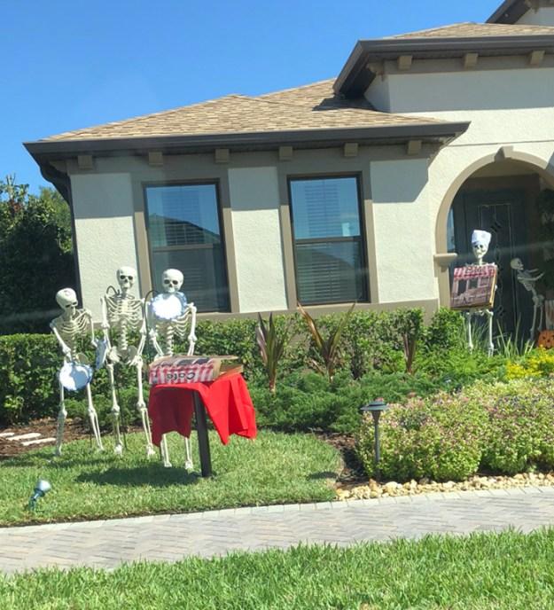 5bd8550d6dbd1-neighbors-house-halloween-decorations-skeletons-sami-campagnano-3-5bd2cf7187ff4__700 This Girl's Neighbors Won Halloween By Creating New Skeleton Scenarios Every Day Random