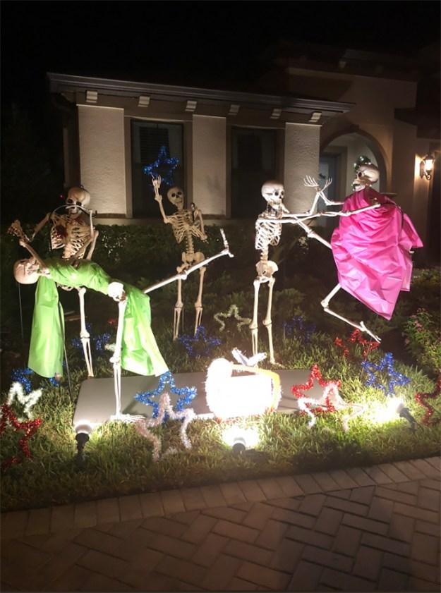 5bd8550da1579-neighbors-house-halloween-decorations-skeletons-sami-campagnano-34-5bd6ecf74e0b1__700 This Girl's Neighbors Won Halloween By Creating New Skeleton Scenarios Every Day Random