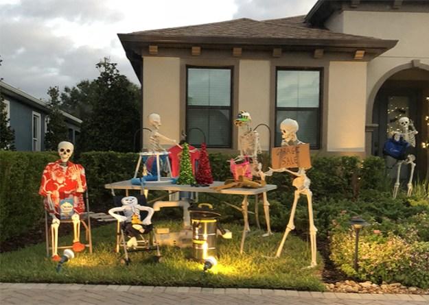 5bd8550e552a3-neighbors-house-halloween-decorations-skeletons-sami-campagnano-33-5bd6ecca82cb7__700 This Girl's Neighbors Won Halloween By Creating New Skeleton Scenarios Every Day Random