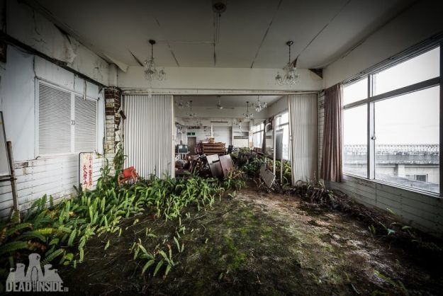 5bea8c3711b9c-The-biggest-abandoned-hotel-in-Japan-5be55c7278d6f__880 This Photographer Took Incredible Photos Inside The Biggest Abandoned Hotel In Japan Photography Random Travel
