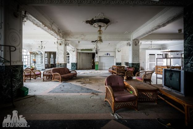 5bea8c39b83e8-The-biggest-abandoned-hotel-in-Japan-5be55c662d8be__880 This Photographer Took Incredible Photos Inside The Biggest Abandoned Hotel In Japan Photography Random Travel