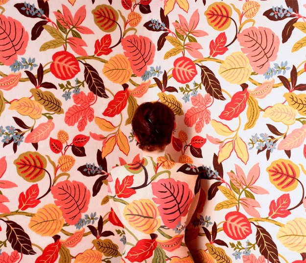 camouflage-art-cecilia-paredes-13 This Artist Uses Her Camouflage Skills To Blend Into Floral Backgrounds Art Random
