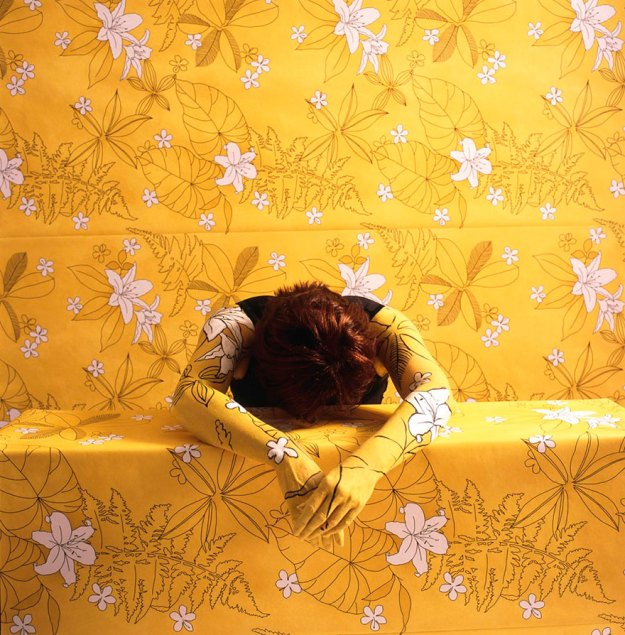camouflage-art-cecilia-paredes-17 This Artist Uses Her Camouflage Skills To Blend Into Floral Backgrounds Art Random