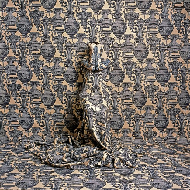 camouflage-art-cecilia-paredes-4 This Artist Uses Her Camouflage Skills To Blend Into Floral Backgrounds Art Random