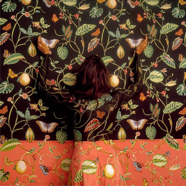 camouflage-art-cecilia-paredes-7 This Artist Uses Her Camouflage Skills To Blend Into Floral Backgrounds Art Random