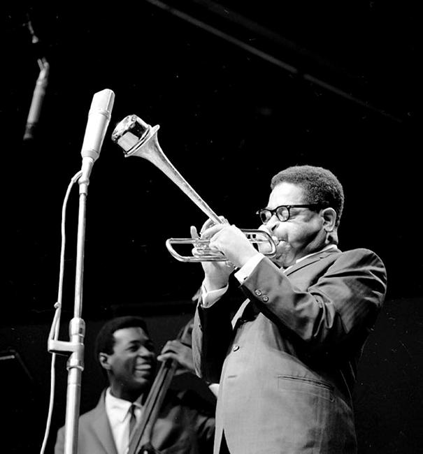 giant-cheeks-dizzy-gillespie-16 20 Photos Showing The Amazing Stretched Cheeks Of Legendary Jazz Player Dizzy Gillespie Random