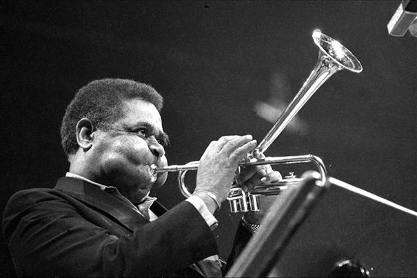 giant-cheeks-dizzy-gillespie-7 20 Photos Showing The Amazing Stretched Cheeks Of Legendary Jazz Player Dizzy Gillespie Random