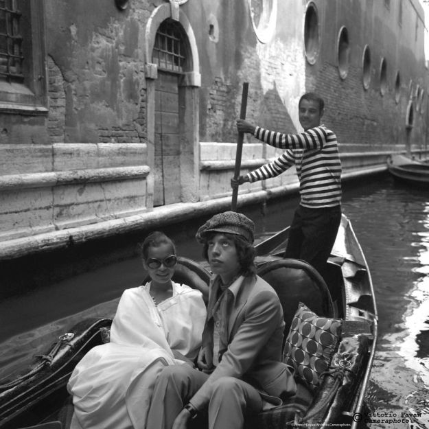 5c08e56644bf8-You-cant-get-much-Cooler-than-these-Celebrities-hanging-out-in-Venice-in-the-Fifties-5c050107ca0e4__880 26 Vintage Photos Of Celebrities Hanging Out In Venice That Will Make You Want To Go Back To The 50s Photography Random