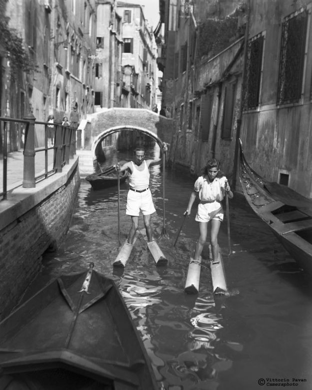 5c08e567196b5-You-cant-get-much-Cooler-than-these-Celebrities-hanging-out-in-Venice-in-the-Fifties-5c0501d43c1aa__880 26 Vintage Photos Of Celebrities Hanging Out In Venice That Will Make You Want To Go Back To The 50s Photography Random