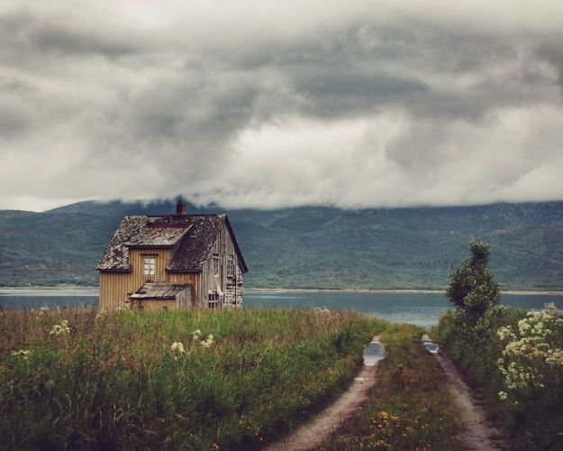 5c092cc7acd4c-I-moved-to-the-Arctic-to-pursue-my-passion-for-abandoned-houses-5bfe63890261c__880 29 Photos Of Abandoned Houses In The Arctic By Norwegian Photographer Britt Marie Bye Photography Random Travel