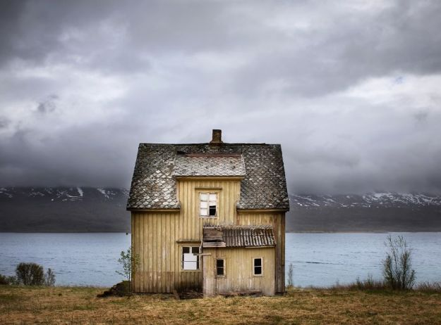 5c092cc9326f0-IMG_20180521_214435_193-5bfd952bf39ae-jpeg__880 29 Photos Of Abandoned Houses In The Arctic By Norwegian Photographer Britt Marie Bye Photography Random Travel
