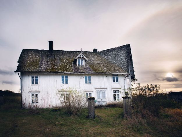 5c092cca07031-2018-11-20-031007-1-5bfd950fda32c__880 29 Photos Of Abandoned Houses In The Arctic By Norwegian Photographer Britt Marie Bye Photography Random Travel