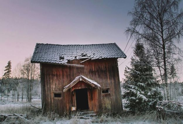 5c092ccaa76ec-I-moved-to-the-Arctic-to-pursue-my-passion-for-abandoned-houses-5bfe6385bab7e__880 29 Photos Of Abandoned Houses In The Arctic By Norwegian Photographer Britt Marie Bye Photography Random Travel