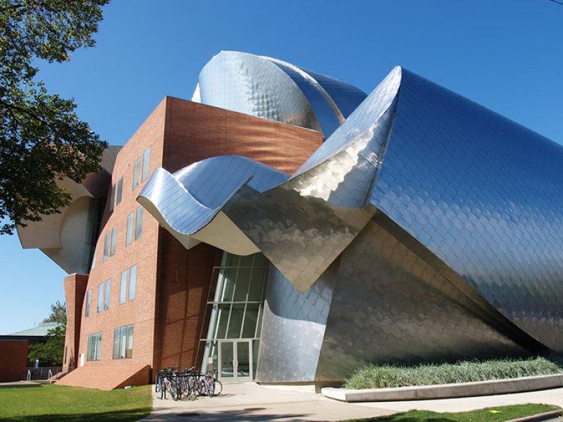 5c50114651f82 700 lewis 5c473747ebc52  700 - Os impressionantes edifícios do arquiteto Frank Gehry