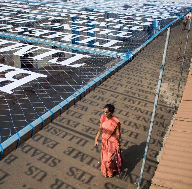 theory of time daku 4 - Artista indiano usa luz solar para projetar frases que exploram Teoria do Tempo