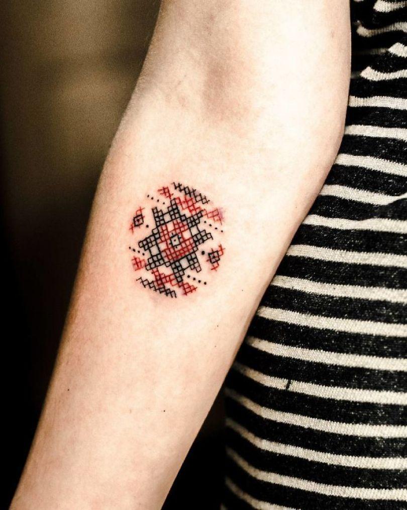 """5cab0305beb68 BOg4A4phFYd png  700 - 30 tatuagens em estilo """"bordado"""" são lindas e intrigantes"""