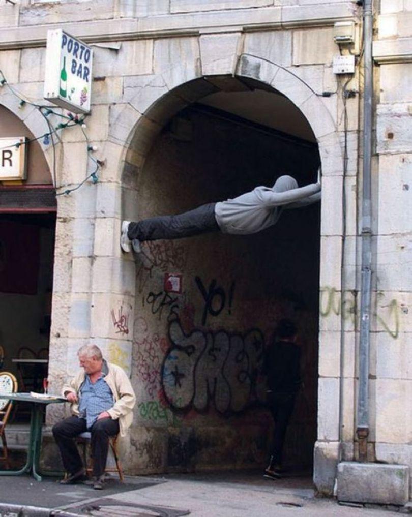 5d146ead965d7 mannequins city street art installation trolling sculptor artist mark jenkins 4 5d1317d5359f0  700 - Manequins realistas nas ruas