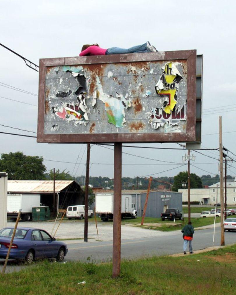 5d146eaeae07a mannequins city street art installation trolling sculptor artist mark jenkins 34 5d13180b48e58  700 - Manequins realistas nas ruas