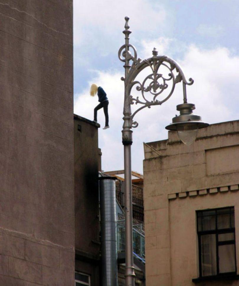 5d146eaee9799 mannequins city street art installation trolling sculptor artist mark jenkins 42 5d13181852045  700 - Manequins realistas nas ruas