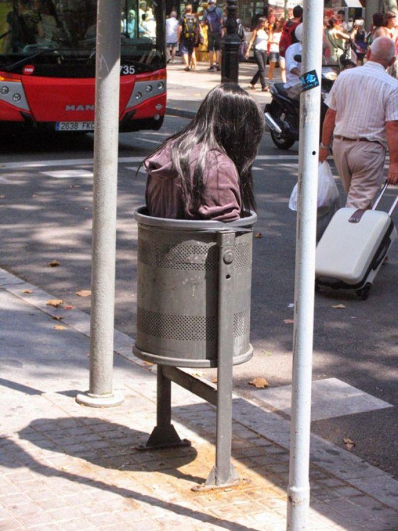 5d146eaf36dce mannequins city street art installation trolling sculptor artist mark jenkins 49 5d131826249e6  700 - Manequins realistas nas ruas