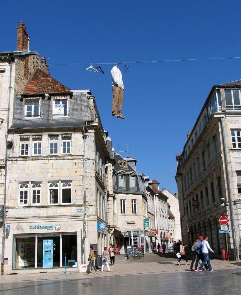 5d146eaf578a2 mannequins city street art installation trolling sculptor artist mark jenkins 6 5d1317d88679c  700 - Manequins realistas nas ruas