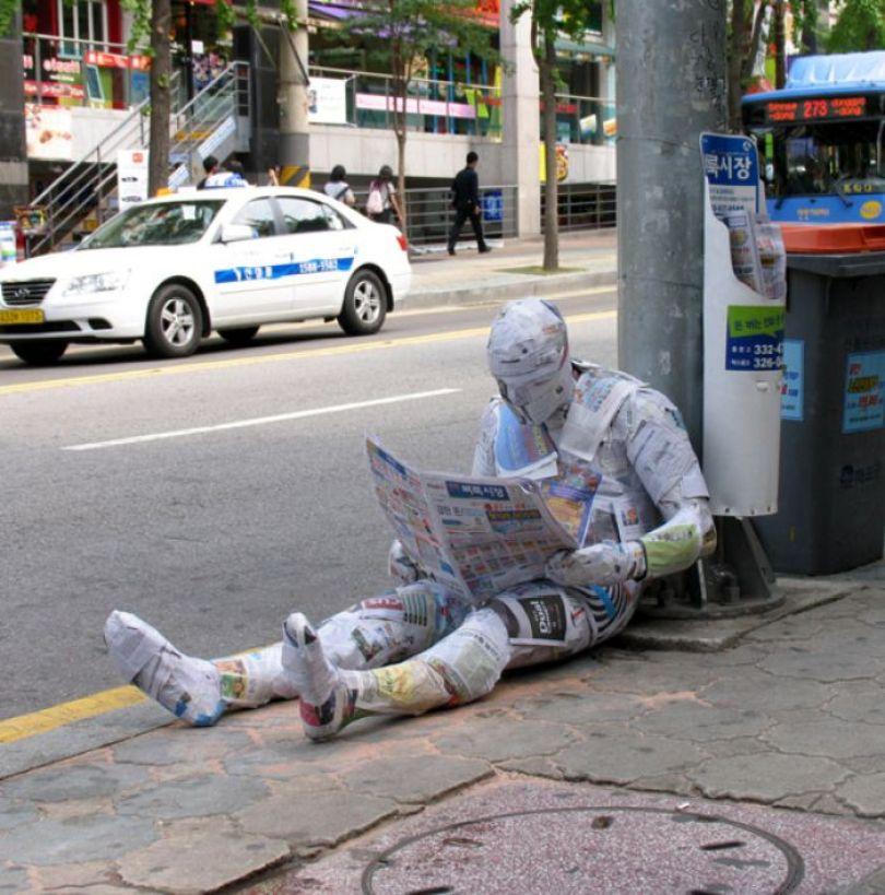 5d146eaf9c773 mannequins city street art installation trolling sculptor artist mark jenkins 33 5d131809b77d0  700 - Manequins realistas nas ruas