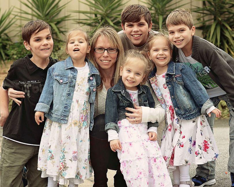 5d68d213d6b44 46 month fathers day2x 5d55169e83f65  880 - Mãe de gêmeos e depois trigêmeos documenta sua família em fotos adoráveis