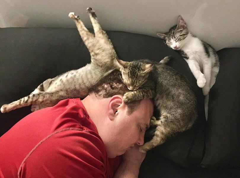 5d832ed2bf7e6 funny people sleeping positions 33 5d76106b75b91  700 - Pessoas dormindo em posições extremamente desconfortáveis