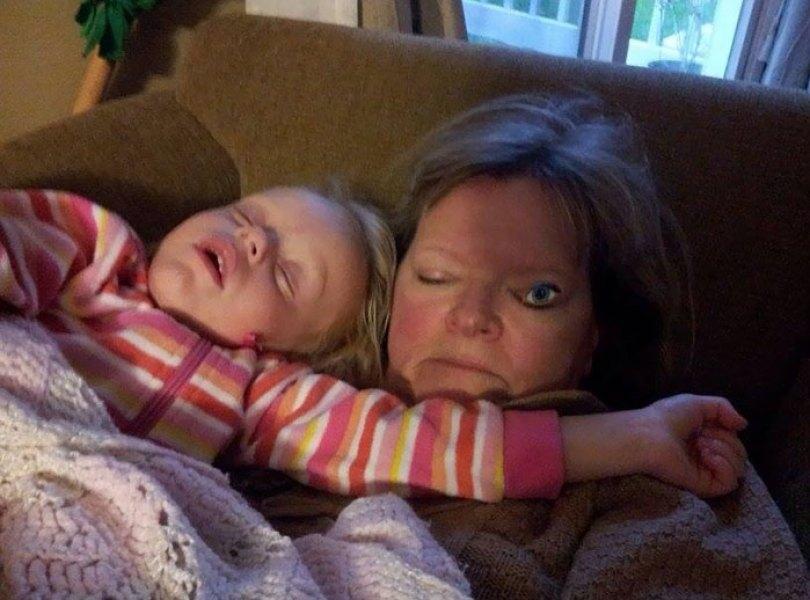 5d832ed3ea018 funny people sleeping positions 61 5d761694184a9  700 - Pessoas dormindo em posições extremamente desconfortáveis