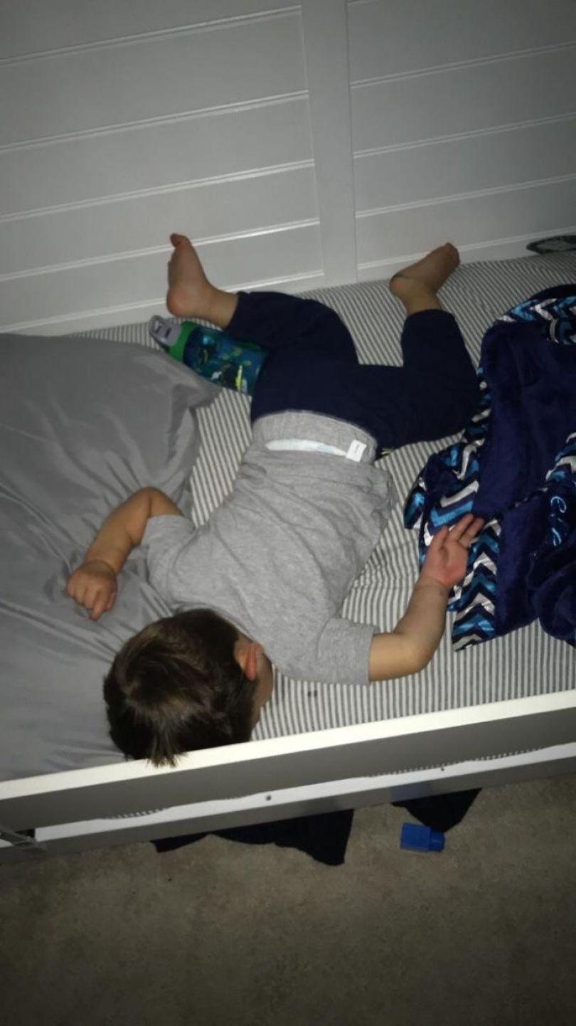 5d832ed4be721 5d78e5b341c24 nhi77cdpbbd11  700 - Pessoas dormindo em posições extremamente desconfortáveis