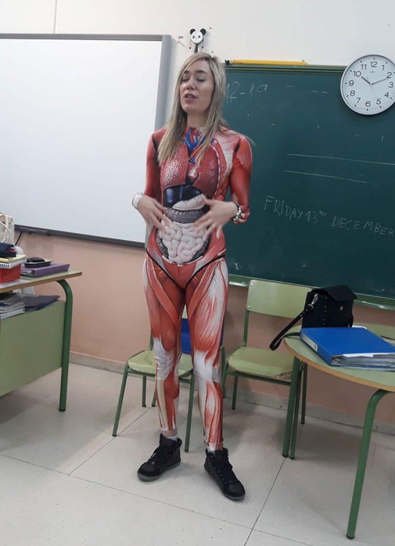 5e01dc16844a0 teacher dresses up human body anatomy lesson 2 5e0077156bdee  700 - Professora surpreende classe ao dar aula vestida com traje de anatomia