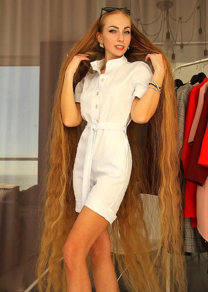 5e0da5096a4b8 alena kravchenko 6 feet long hair 2 5e0b5f687970f  700 - Conheça a Rapunzel da Vida Real