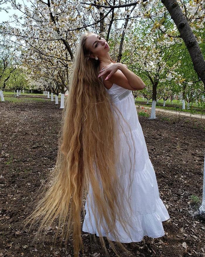 5e0da50a2a6eb alena kravchenko 6 feet long hair 4 5e0b5f6da8439  700 - Conheça a Rapunzel da Vida Real