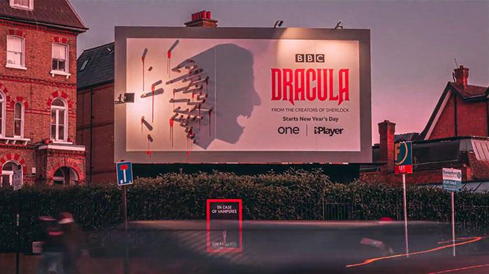 5e16e2b543782 dracula shadows billboard 5e15a81aebd22  700 - Facas fazem sombra em Marketing de Drácula da BBC