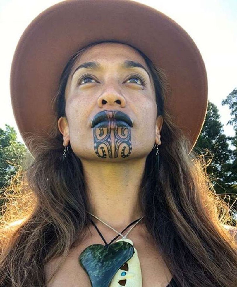 5e42623d44edb journalist maori face tattoo oriini kaipara 9 5e3d8516c98f9  700 - Apresentadora de notícias da Nova Zelândia e sua tatuagem tradicional Maori no rosto